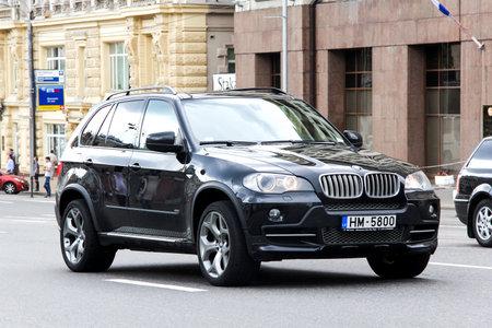MOSKAU, RUSSLAND - 2. JUNI 2013: Kfz BMW E70 X5 an der Stadtstraße. Standard-Bild - 53490253