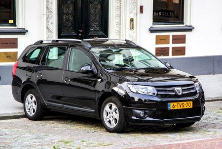 motor de carro: ROTTERDAM, NETHERLANDS - AUGUST 9, 2014: Motor car Dacia Logan MCV in the city street.