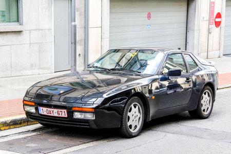 Bruxelles, Belgique - 9 août 2014: automobile Porsche 944 dans la rue de la ville.