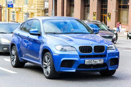 MOSCA, RUSSIA - 2 GIUGNO 2013: automobile BMW E71 X6M al via della città.