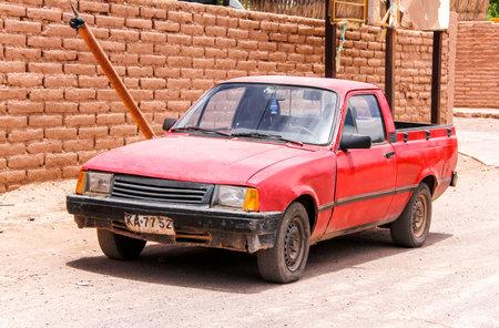 SAN PEDRO DE ATACAMA, CHILI - LE 15 NOVEMBRE 2015: Vieux camion pick-up rouge GMC Chevette à la campagne. Éditoriale
