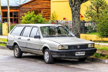 motor de carro: PUCON, CHILE - 20 de noviembre, 2015: Coche de motor Volkswagen Santana en la calle de la ciudad. Editorial