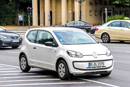 Berlin, Allemagne - 10 septembre 2013: automobile Volkswagen Up! dans la rue de la ville. Éditoriale