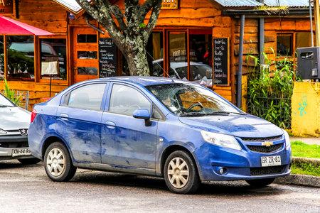 PUCON, Chili - 20 novembre 2015: Voiture de tourisme Chevrolet Sail dans la rue de la ville.