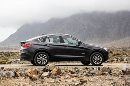 アタカマ, チリ - 2015 年 11 月 14 日: 新しいブラック クロス オーバー石を 4 X BMW F26 砂漠します。 報道画像