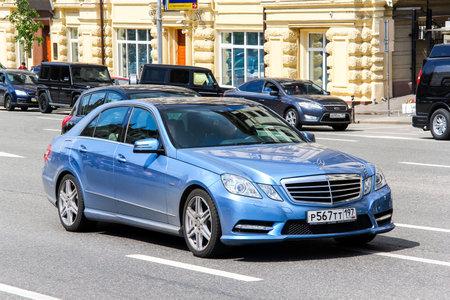 motor de carro: Moscú, Rusia - 2 DE JUNIO, 2013: Coche de motor Mercedes-Benz W212 Clase E en la calle de la ciudad.