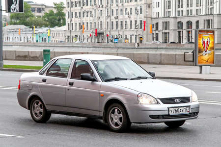 Moscou, Russie - 5 mai 2012: automobile Lada Priora dans la rue de la ville.