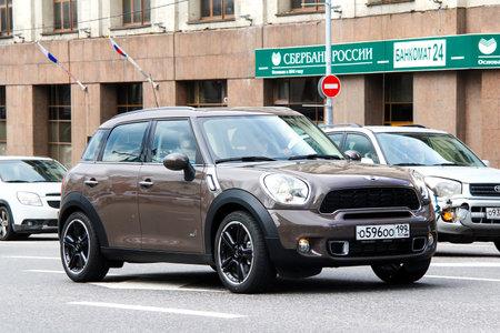 MOSCOU, RUSSIE - 2 juin 2013: Voiture de moteur Mini Cooper Countryman à la rue de la ville.