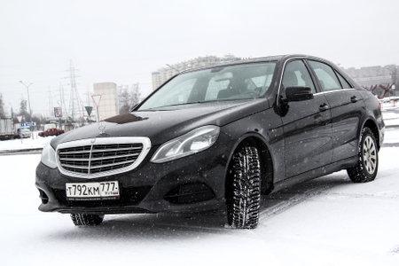motor de carro: MOSCOW, RUSSIA - FEBRUARY 5, 2016: Motor car Mercedes-Benz W212 E200 in the city street.