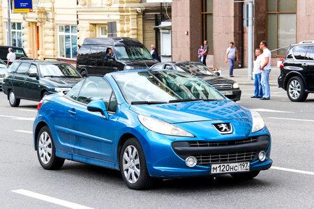 MOSKOU, RUSLAND - 2 juni 2013: Motor car Peugeot 207cc op de stad straat. Stockfoto - 53490457