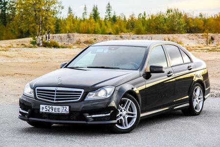 Novy Ourengoï, RUSSIE - 30 août 2015: voiture à moteur Mercedes-Benz W204 C-classe à la campagne. Banque d'images - 53490466