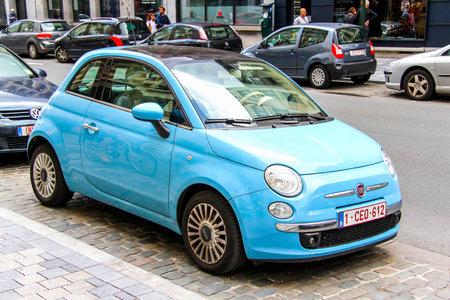 BRUXELLES, BELGIQUE - 9 août 2014: voiture à moteur Fiat 500 à la rue de la ville. Éditoriale