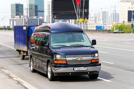 alumnos en clase: Moscú, Rusia - 6 de mayo de 2012: de lujo van Chevrolet Express en la calle de la ciudad.