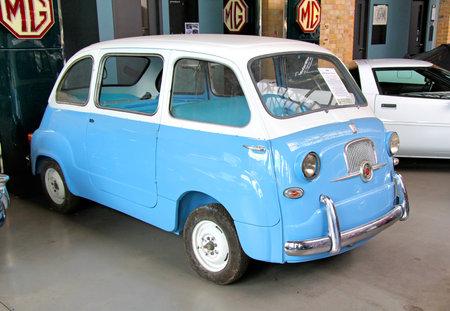 BERLIN, ALLEMAGNE - 12 août 2014: italien rétro voiture Fiat 600 Multipla dans le musée de voitures anciennes Classic Remise. Éditoriale