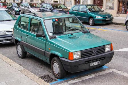 GENEVE, SUISSE - 4 AOÛT 2014: Voiture compacte Fiat Panda dans la rue de la ville. Éditoriale