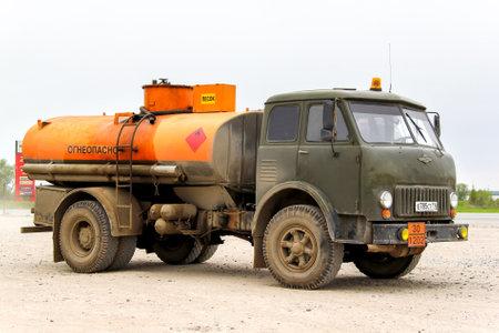 aljibe: TATARSTÁN, Rusia - 20 de mayo, 2013: soviético viejo camión cisterna MAZ 500 cerca de la autopista interurbana.