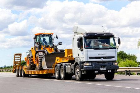 BIO-BIO, CHILE - NOVEMBER 23, 2015: Semi-trailer truck Renault Premium at the interurban freeway. 報道画像