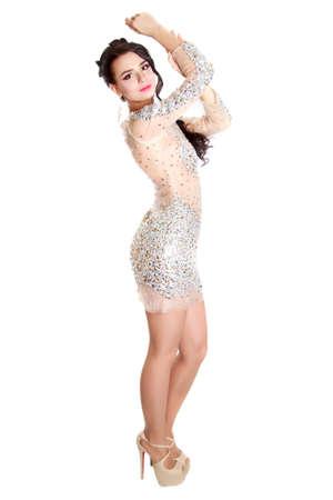 白い背景に分離された夜化粧と若い魅力的な女性のポートレート