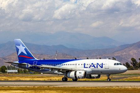 bandera chilena: SANTIAGO, CHILE - NOVEMBER 24, 2015: LAN Airlines Airbus A319 landed to the Arturo Merino Benitez International Airport. Editorial