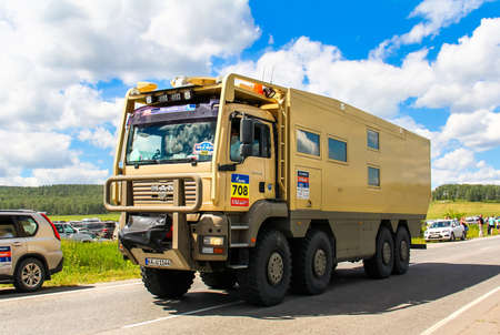 Región de Cheliabinsk, Rusia - 11 de julio, 2016: Asistencia camión MAN TGA Nº 708 participa en la reunión anual Silkway - Dakar Series. Editorial