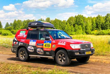 Región de Cheliabinsk, Rusia - 11 de julio, 2016: Asistencia coche Toyota Land Cruiser 100 Nº 419 participa en la reunión anual Silkway - Dakar Series.