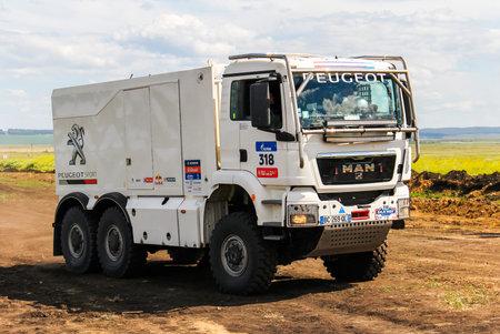 Región de Cheliabinsk, Rusia - 11 de julio, 2016: Deportes camión MAN TGS del equipo Peugeot Total Nº 318 compite en la reunión anual Silkway - Dakar Series.