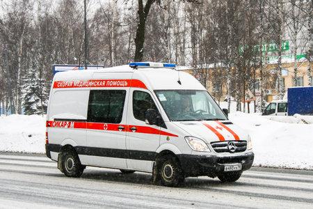 emergencia medica: San Petersburgo, Rusia - FEBRERO 9, 2011: Coche blanco de la ambulancia Mercedes-Benz Sprinter en la calle de la ciudad.