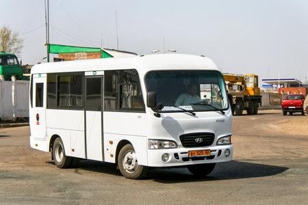UFA, Russie - 21 avril 2008: Autobus compact Hyundai County dans la rue de la ville.
