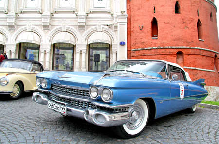 alumnos en clase: Moscú, Rusia - JUNIO 3, 2012: automóvil estadounidense Cadillac Eldorado compite en el Rally Classic Weekend LUC Chopard anual.