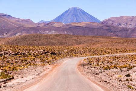 suelo arenoso: Camino a través del desierto de Atacama en Chile Foto de archivo