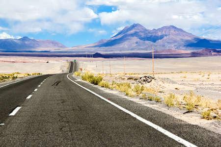suelo arenoso: carretera asfaltada a través del desierto de Atacama (Ruta del Desierto) Foto de archivo