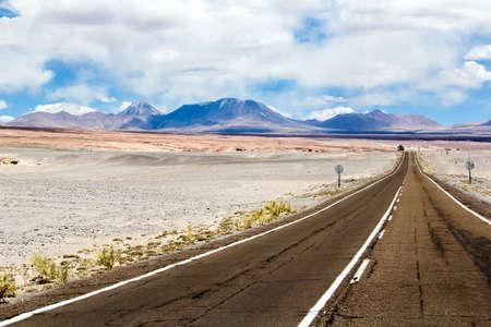 suelo arenoso: Asphalted road through the Atacama desert (Ruta del Desierto)