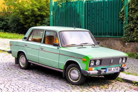 Prague, République tchèque - 22 juillet 2014: Automobile soviétique Lada 2106 dans la rue de la ville.