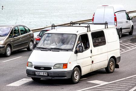 Budapest, Hungría - 23 de julio de 2014: la carga blanca furgoneta Ford Transit en la calle de la ciudad.