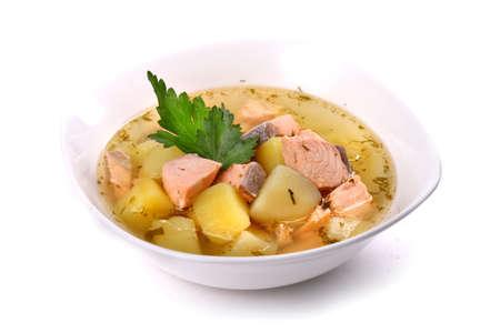 Lachssuppe mit den Kartoffeln und Petersilie getrennt über weißem Hintergrund