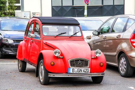 Francfort-sur-le-Main, Allemagne - 15 septembre 2013: Red voiture rouge Citroen 2CV dans la rue de la ville.