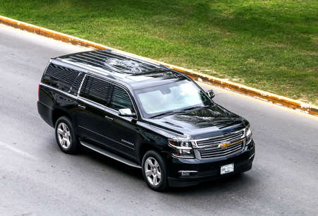 CANCUN, MEXICO - JUNE 3, 2017: Motor car Chevrolet Suburban in the city street. 報道画像