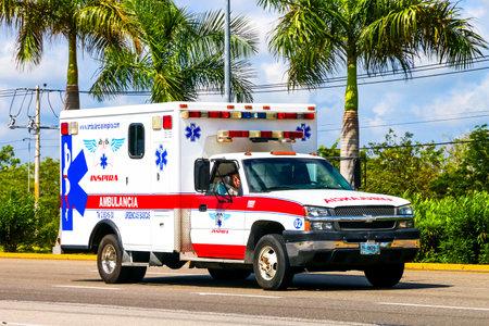 郊外の道路でキンタナ ロー州, メキシコ - 2017 年 5 月 16 日: 救急車車シボレー シルバラード。