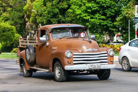 La Havane, Cuba - 6 juin 2017: Camionnette Chevrolet Advance Design dans la rue de la ville.