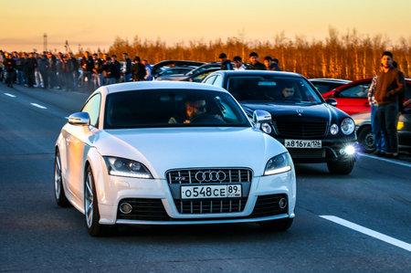 YAMAL, RUSIA - 16 DE JUNIO DE 2017: Los coches de motor Audi TTS y Mercedes-Benz E55 AMG participan en la carrera de la fricción de la calle de la noche. Editorial