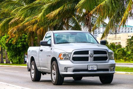 CANCUN, 멕시코 - 2017 년 6 월 4 일 : 도시 픽업 트럭 닷지 램 거리.