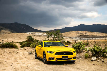 suelo arenoso: OAXACA, MEXICO - MAY 26, 2017: Yellow muscle car Ford Mustang in the desert. Editorial