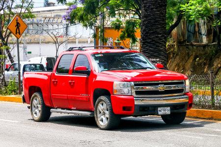 オアハカ, メキシコ - 2017 年 5 月 25 日: ピックアップ トラック シボレー シルバラード街の通りで。 写真素材 - 82140613