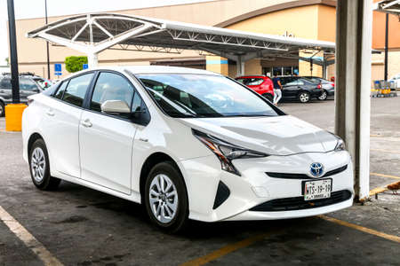 VILLAHERMOSA, MEXICO - MAY 21, 2017: Motor car Toyota Prius in the city street. Редакционное