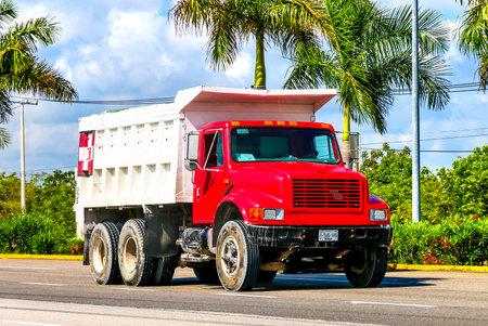 퀸 타나 주 - 2017 년 5 월 16 일 : 레드 덤프 트럭 국제 4900 interurban 도로.