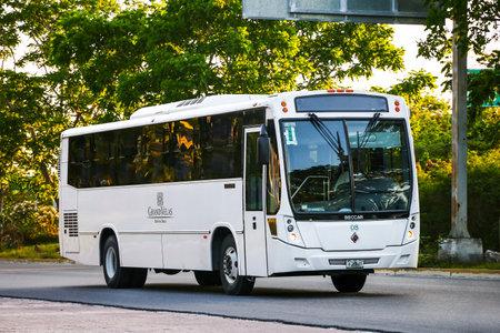 QUINTANA ROO, MEXICO - 16 MAI 2017: Bus touristique Beccar Urviabus sur la route interurbaine.