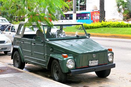 Acapulco, Mexique - 30 mai 2017: Automobile Volkswagen Safari dans la rue de la ville.