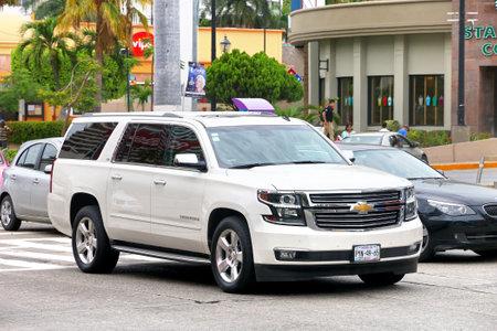 アカプルコ、メキシコ - 5月 30、 2017: 街の通りに白いモーターカーシボレー郊外.