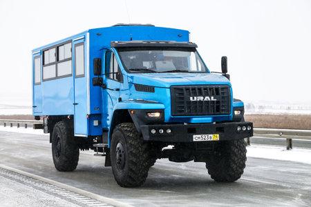 Región de Chelyabinsk, Rusia - 10 de febrero de 2018: autobús todoterreno Ural Next en la carretera interurbana.