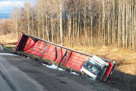 Bashkortostan, Russia - 4 maggio 2018: Il camion del semirimorchio Volvo FH12 si è schiantato sull'autostrada interurbana. Editoriali